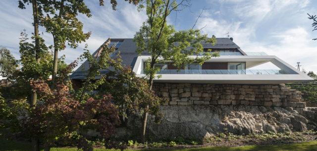 Odważny, nowoczesny i bezkompromisowy Edge House biura Mobius Architekci