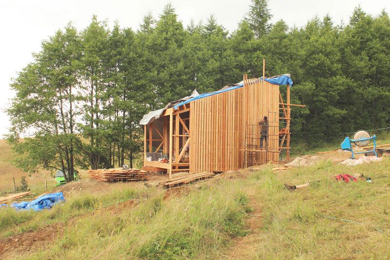 Naturalny ekologiczny dom z drewna, słomy i gliny w Kotlinie Kłodzkiej. Zdjęcie z budowy
