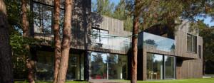 """""""Dom Tetris"""" w Bukownie. Dom wtopiony w las projektu pracowni Kameleonlab."""