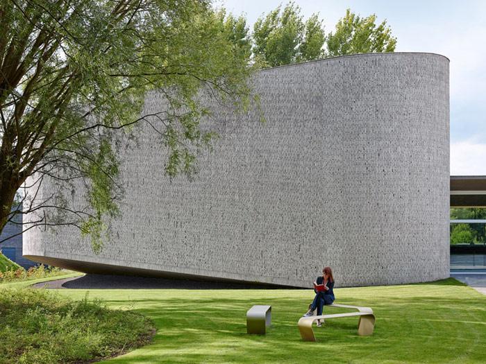 Auditorium AZ Groeninge, Kortrijk, Belgia. Projekt: Dehullu Architecten