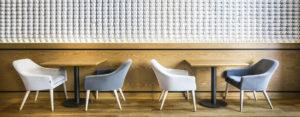 Wnętrza kawiarni inspirowanej modernizmem lat 20 projektu biura Ideograf