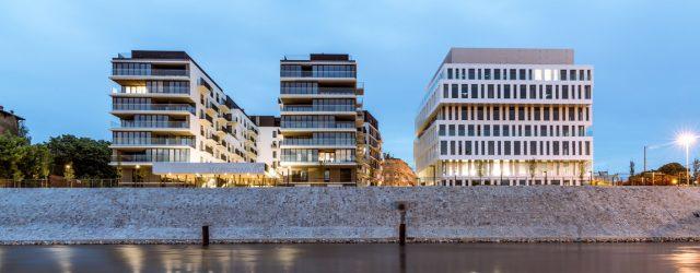 """""""Światło, powietrze, widok"""" – Budynek mieszkalny oraz biurowiec nad rzeką. Świetna realizacja zespołu Maćków Pracownia Projektowa"""