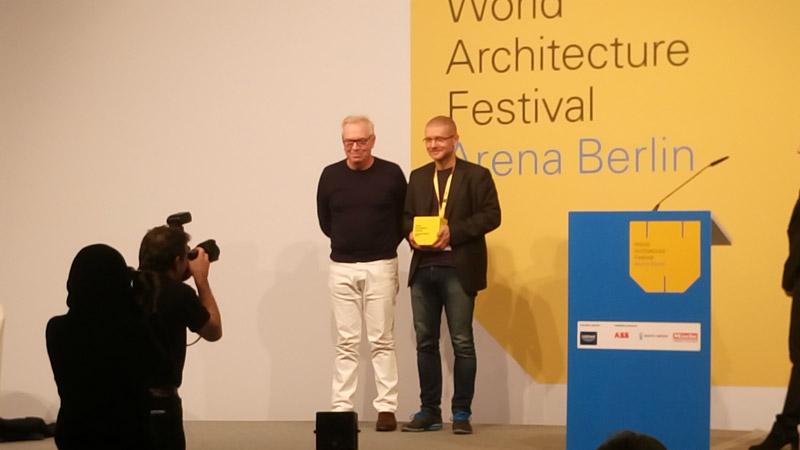Robert Konieczny odbierający nagrodę na World Architecture Festival 2016 w Berlinie