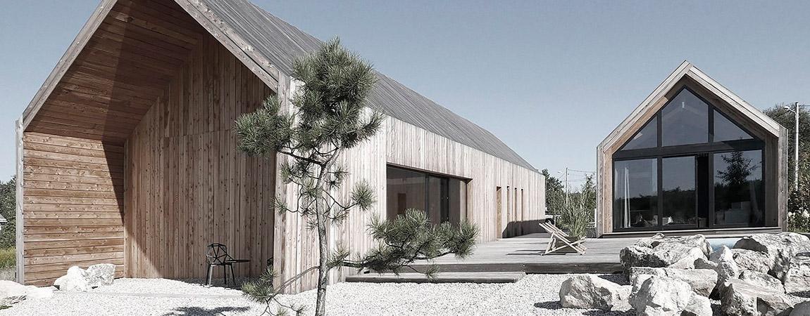 Skromny i efektowny współczesny wiejski dom w Chruszczobrodzie pracowni Górnik Architects