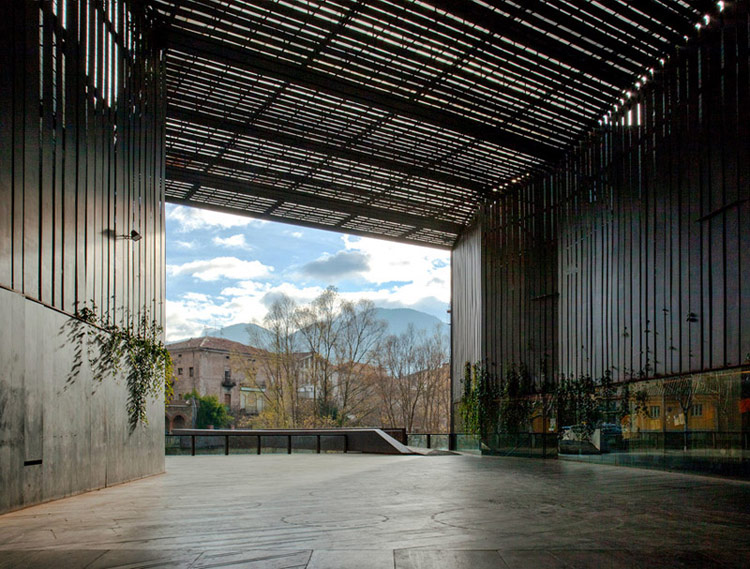 Przestrzeń publiczna La Lira Theater Public Open Space. Zdjęcie: Hisao Suzuki