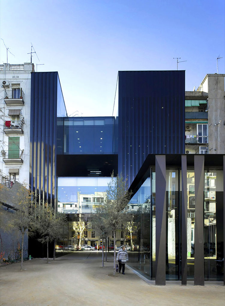 Sant Antoni – Joan Oliver Library, Senior Citizens Center and Cándida Pérez Gardens. Zdjęcie: Eugeni Pons