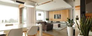 Biel, szarości i drewno – eleganckie wnętrza domu pracowni Czajkowski Kuźniak Architekci