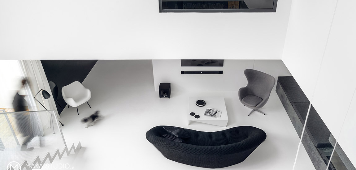 Biel, czerń, minimum detali i szeroka gama faktur oraz wykończeń. Wnętrza domu projektu MAKA Studio