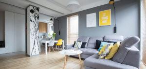 Połączenie bieli i szarości z kolorowymi akcentami – wnętrza projektu INVENTIVE Studio oraz AAW Studio