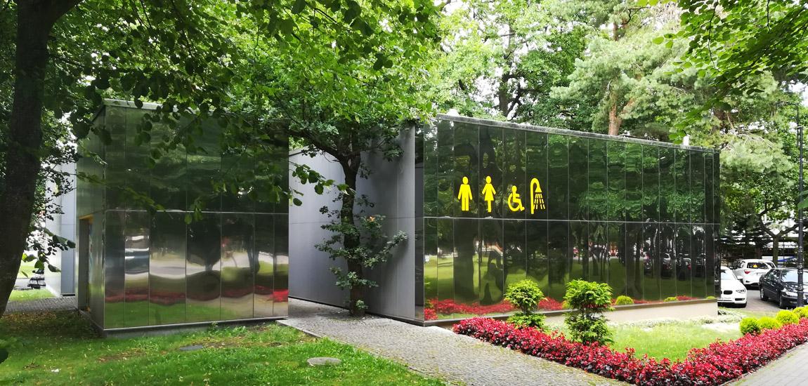 Nietypowa toaleta miejska w Pobierowie autorstwa Pracowni Projektowej AKCENT
