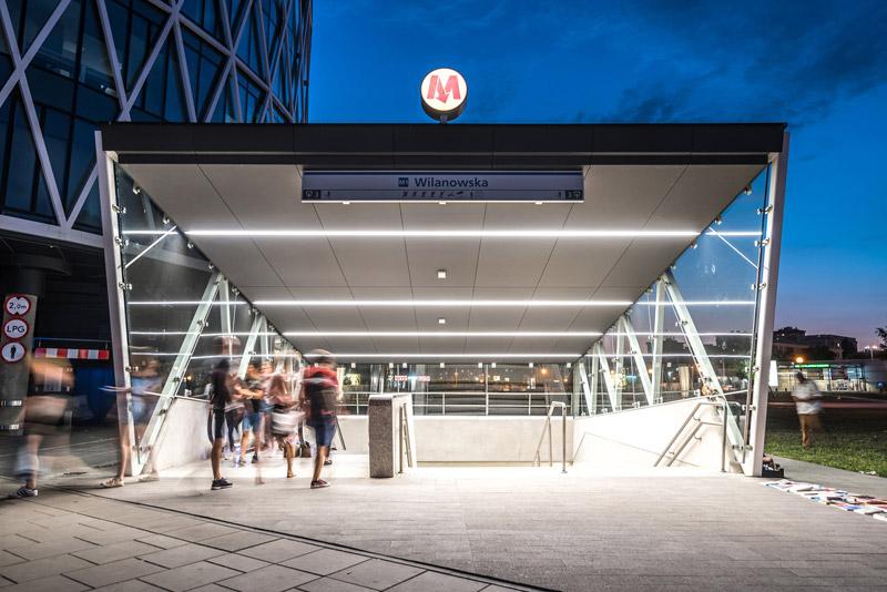 Wejścia do stacji metra przy biurowcu Villa Metro w Warszawie. Projekt: DA Dziuba Architekci