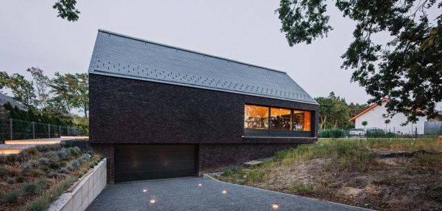 Prosta i efektowna architektura Domu w Dobrej autorstwa Biura projektowego maxberg