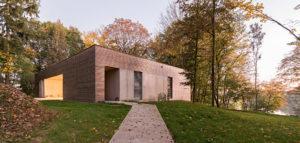 Zanurzony w urokliwym krajobrazie Dom w Lesie projektu biura 081 Architekci