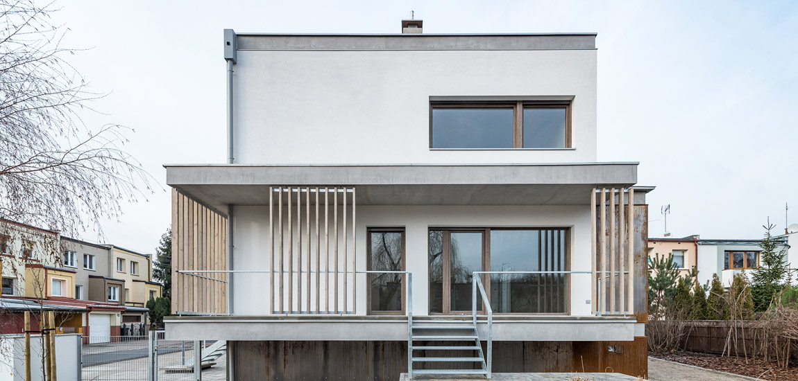 Dojrzewająca elewacja z drewnianymi żyletkami i cortenem – Willa Antoninek projektu biura ENDE