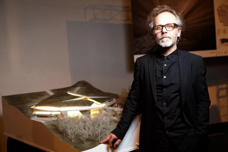 """Mirosław Nizio z makietą Muzeum Narodowego """"Memoriał Ofiar Wielkiego Głodu"""" @ Nizio Design International / Dima Taranenko, Philip Dotsenko"""