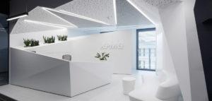 Kolor, organiczne formy i kontrastujący minimalizm we wnętrzach projektu ZALEWSKI AG