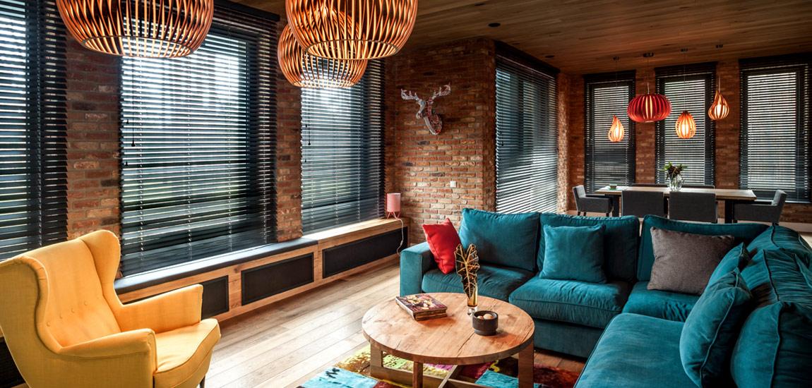 W tej przestrzeni królują naturalne materiały i żywe kolory. Wnętrza domu projektu Anny Koszeli