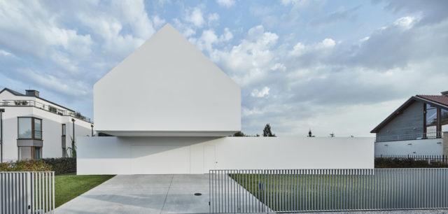 Taras podążający za słońcem w Domu Kwadrantowym projektu Roberta Koniecznego i KWK Promes