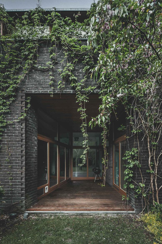 """Dom jednorodzinny """"Jungle House"""" pod Warszawą. Projekt: Pracownia Architektoniczna MAZM. Zdjęcie: Ignacy Matuszewski   minus osiem"""