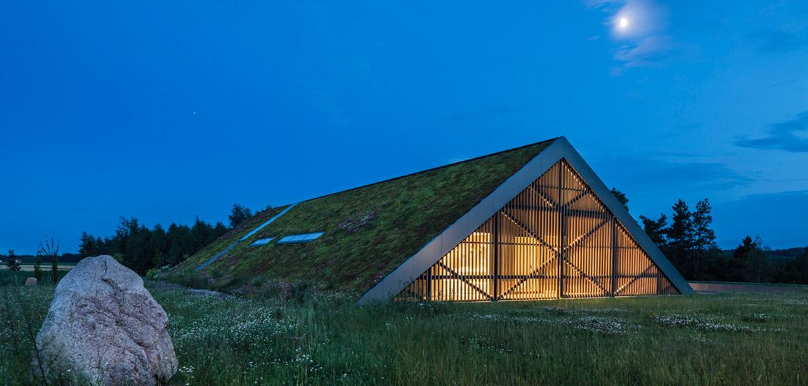 Green Line. Nowoczesny, czerpiący z tradycji dom, który rozpływa się w krajobrazie biura Mobius Architekci