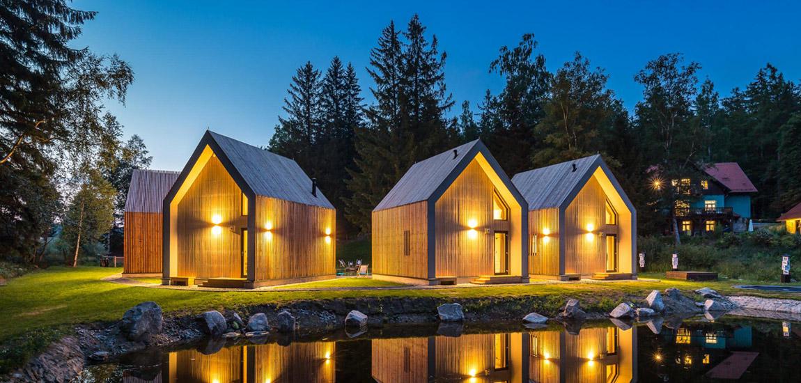 Urzekający krajobraz i architektura w zgodzie z naturą – Domki nad stawem pracowni KULA
