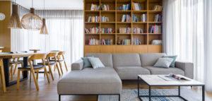 Przepełnione naturalnym drewnem wnętrza domu pracowni 3XEL Architekci