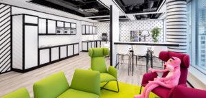 Nowoczesna i pełna kolorów przestrzeń centrum operacyjnego projektu studia Massive Design