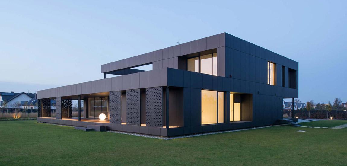 Ciemna, intrygująca forma domu w Gliwicach pracowni Medusa Group