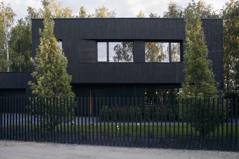 """Dom """"Shou Sugi Ban House"""" pod Warszawą. Projekt: Joachim Surdy – 89 stopni, Michał Pawlik"""