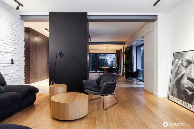 Czarne wnętrze z jodełką - aranżacja domu jednorodzinnego. Projekt:SPACELAB Agnieszka Deptuła Architekt
