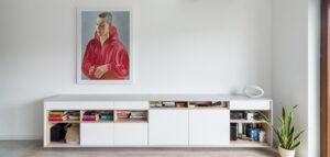 Bielone drewno, białe meble i kolorowe dodatki w przyjaznym mieszkaniu projektu biura ENDE