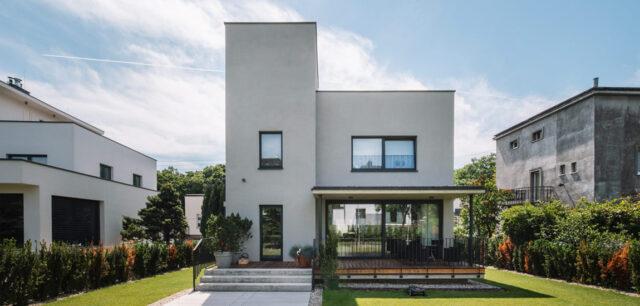 Minimalistyczny dom w modernistycznym otoczeniu Orłowa projektu IFA Group