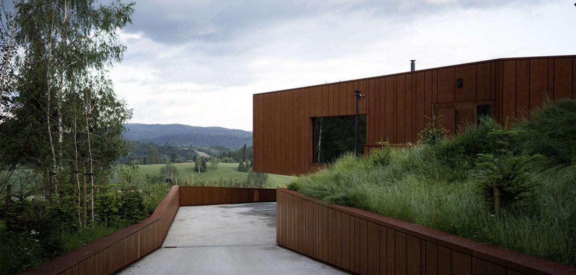 Wtopiony w naturalny krajobraz dom w Bieszczadach projektu Medusa Group