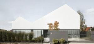Biały dom w Łomiankach pracowni MOOMOO Architects