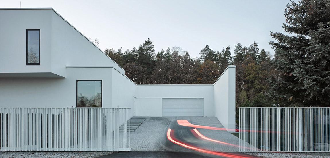 Przymknięty od ulicy, otwarty na wnętrze. Dom na Dolnym Śląsku pracowni Moomoo Architects