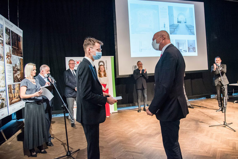 Ambasador wręcza stypendium w Szwajcarii