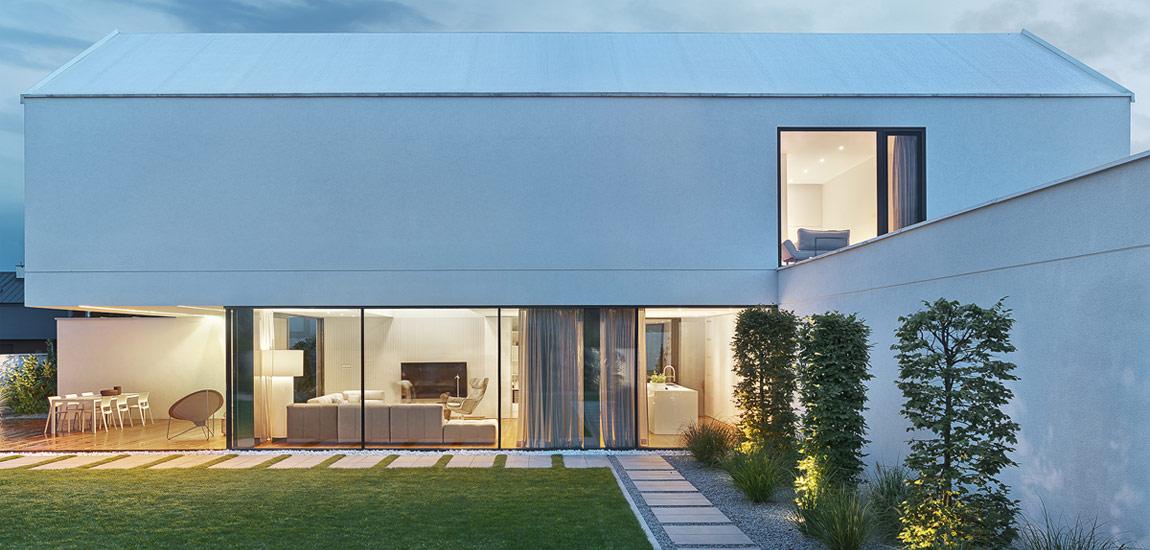 W tym domu architektura przenika się z wnętrzami. Minimalistyczny budynek projektu PL.architekci