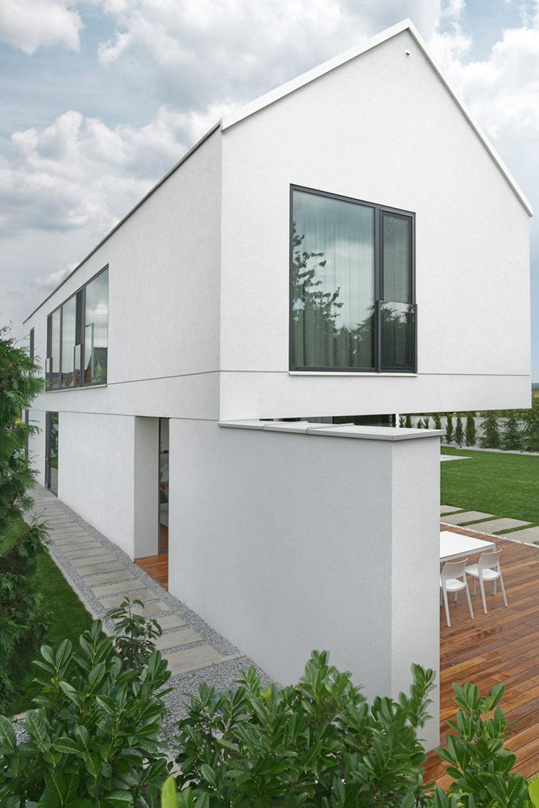 Minimalistyczny dom w gęstej zabudowie. Projekt: PL.architekci. Zdj. Tom Kurek