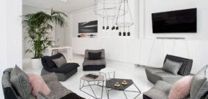 Biel i faktury – przestronny apartament w starej kamienicy