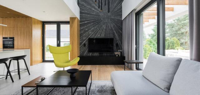 Kontrastowe połączenia bieli i czerni z kolorowymi akcentami. Wnętrza domu projektu TIKA DESIGN
