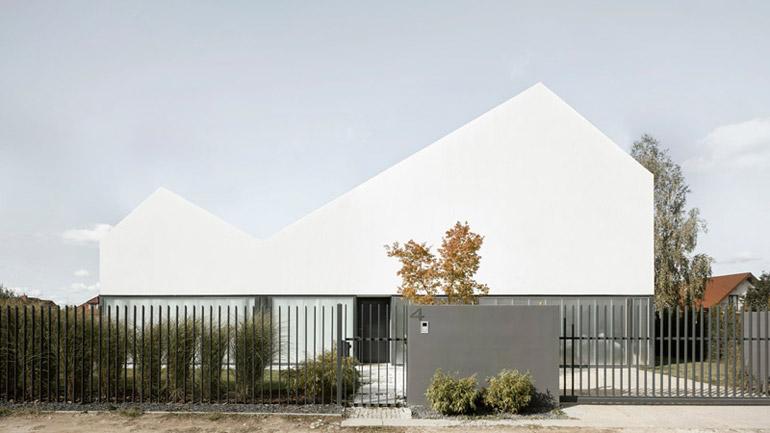 Dom w Łomiankach. Projekt: MOOMOO Architects. Zdjęcia: Grzegorz Pędzich