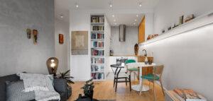 W Miasteczku Wilanów: Mieszkanie w bieli i szarości dopełnione drewnem dębowym