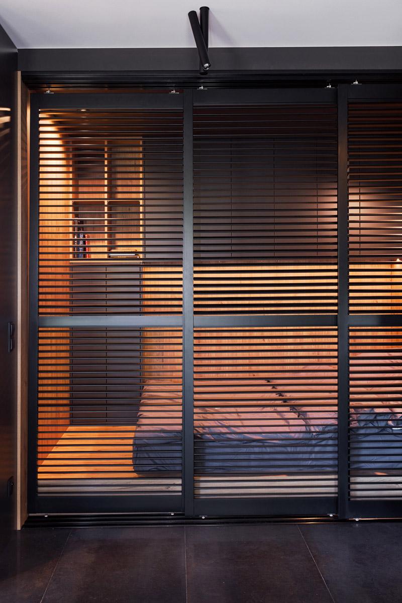Wnętrza kawalerki w ciemnych tonach. Projekt: 2form. Zdjęcia: Norbert Banaszyk