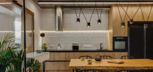 Niezwykłe, inspirowane podróżami surowe wnętrza mieszkania i złoty kamień wewnątrz