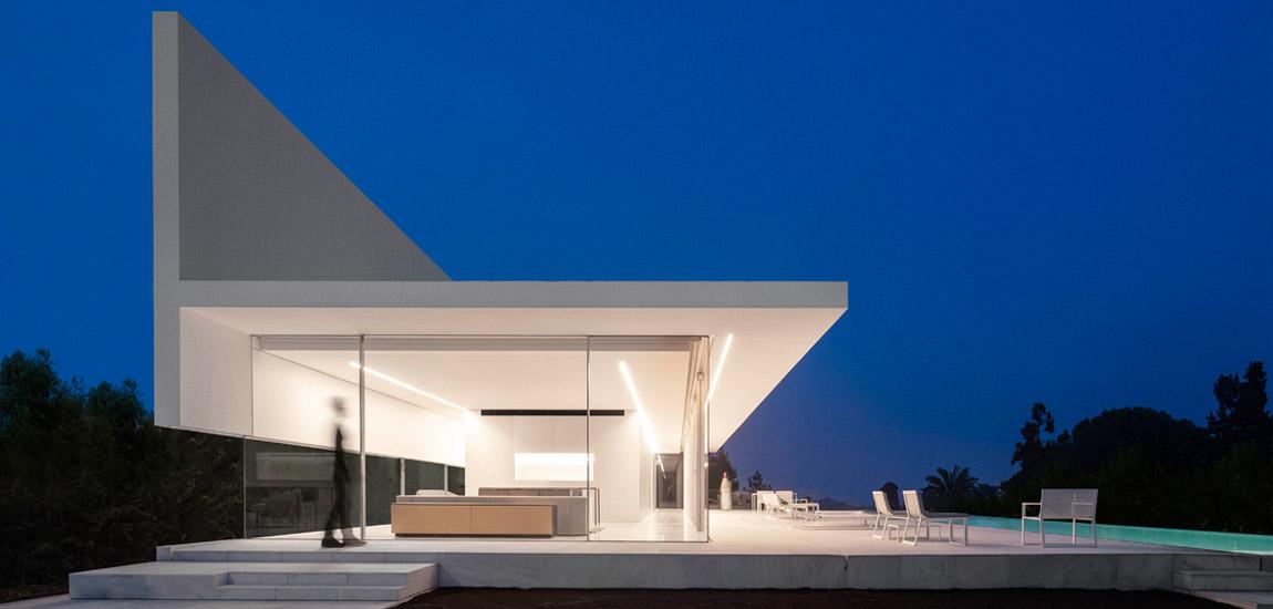 Nieskazitelnie biały, minimalistyczny dom w Walencji